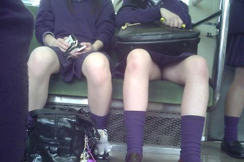 【JKパンチラ盗撮エロ画像】電車の中で座席に座り前方に座る男性を誘惑するかのようにパンツを見せてるwww