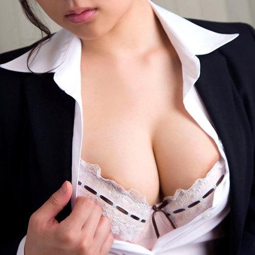 おっぱいの谷間しか見えないブラに隠れた圧倒的なボリューム感の乳房