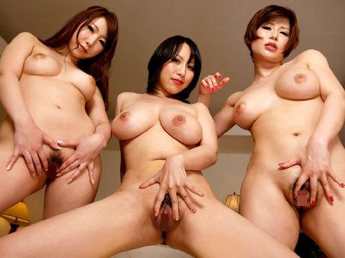 3人のお姉さんがみんなおっぱい丸出しで誘惑