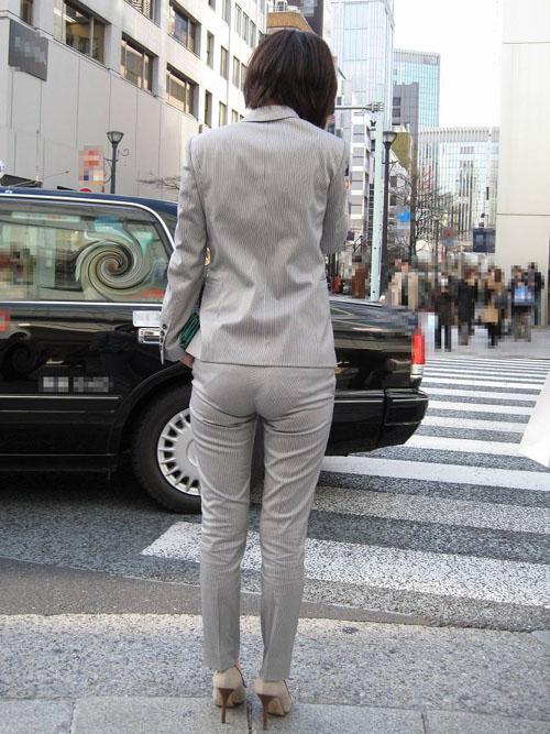 【街撮りOLお尻エロ画像】スーツ姿のOLお姉さんのデカい尻を盗撮…プリッとした感じがイヤらしいwww