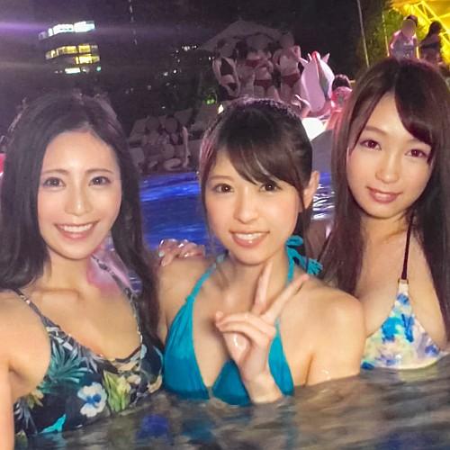 ナイトプールでエロ可愛い素人女子3人組をナンパ→大乱交6Pハメ倒した動画