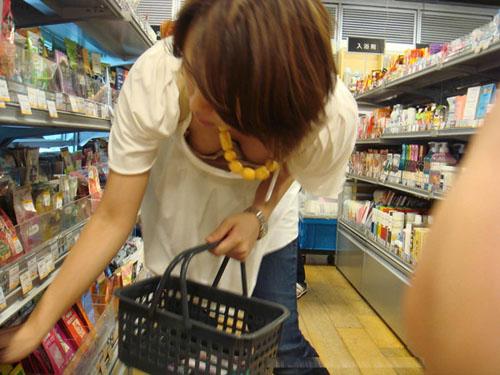 【人妻】スーパーやデパートで買い物中の主婦の胸チラ、パンチラ、パン線・・・画像32枚