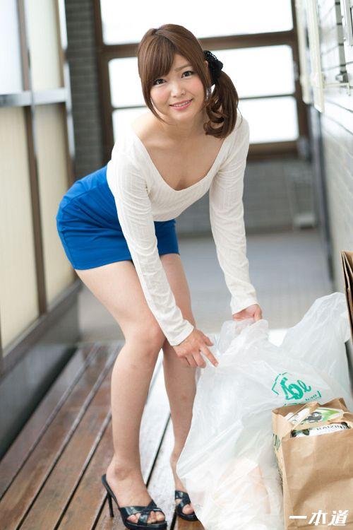 碧しの - 朝ゴミ出しする近所の遊び好きノーブラ奥さん 01