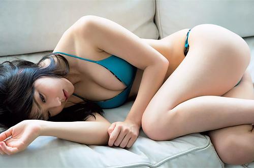 【白間美瑠】誘うような視線がエロっぽ過ぎるwwAV女優ライクなアイドルwみるるんのエロ尻グラビアwww