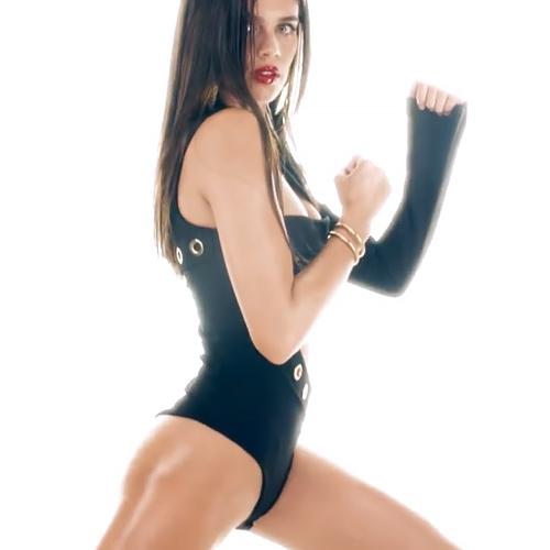 【サラ・サンパイオ】人気ファッションモデルさんが空手!蹴りも決まってる…だが、プリケツと股間にしか目が行かんwww