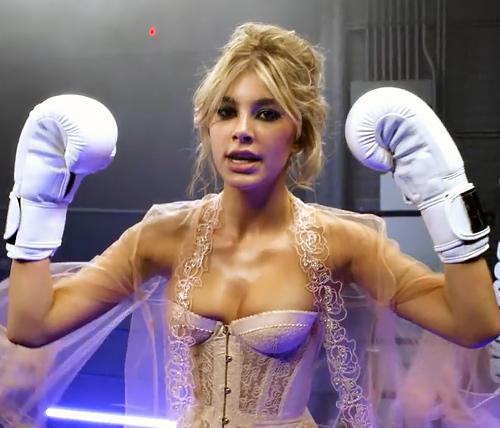 カミ・モローネ ハミ乳ビスチェで乳揺れバーチャルボクシング