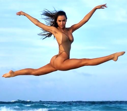 【アレクシス・レン】ハイレグ水着で得意のバレエジャンプ!日々のワークアウトで培った美尻丸見え