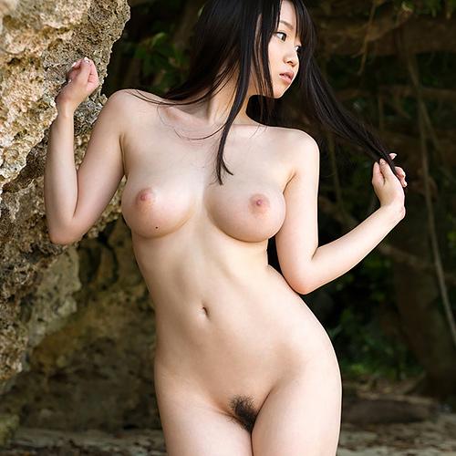 全裸でおっぱいとアンダーヘアを見せるセクシーなお姉さんとエッチしたい