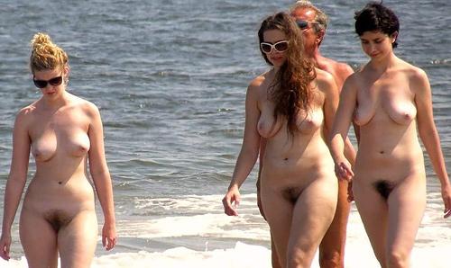 海外のヌーディストビーチでは美女ギャルたちの全裸が見放題!これは勃起しちゃうww
