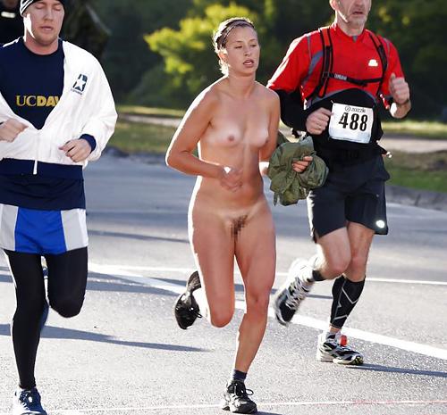 海外でしか見ない全裸で駆け抜ける露出狂女なんなの???(画像30枚)