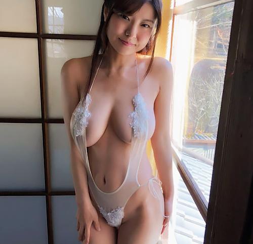 下乳スレ界の伝説グラドル花井美理、33歳のJカップ上裸が余裕で抱けるwww