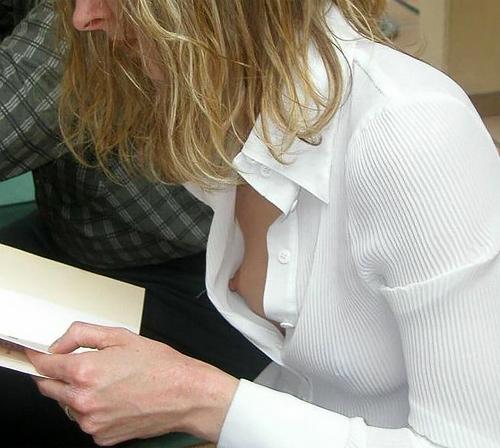 乳首が見えるノーブラ貧乳外国人の胸チラ画像