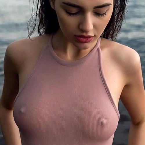 ノーブラな外国人美女の胸ポチエロ画像