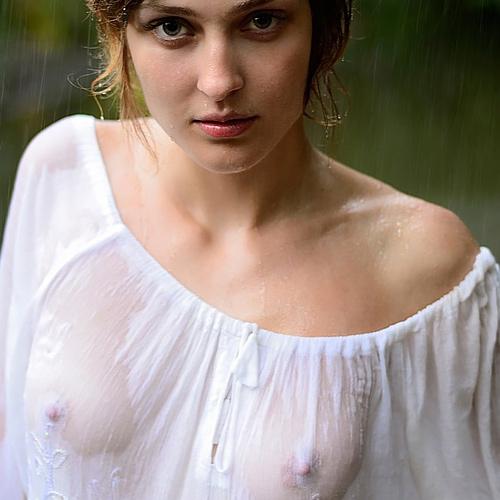 【透け乳首あり】ズブ濡れはりつきオッパイのスケベさは異常・・・(画像27枚)