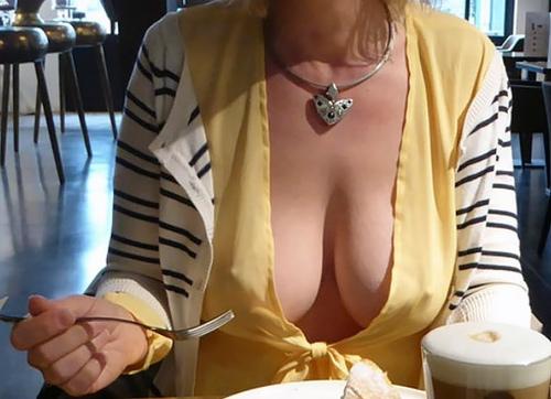垂れ乳外国人のノーブラ胸チラ画像