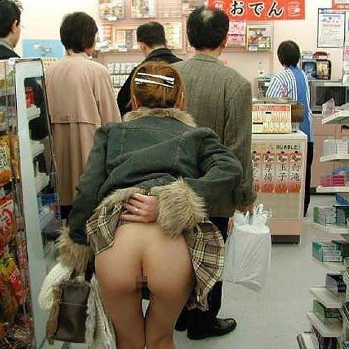 【コンビニ露出エ□画像】勿論営業中のコンビニ店内で一般の素人女性が店員の目を盗んで衣服を脱いだ瞬間を激写ww