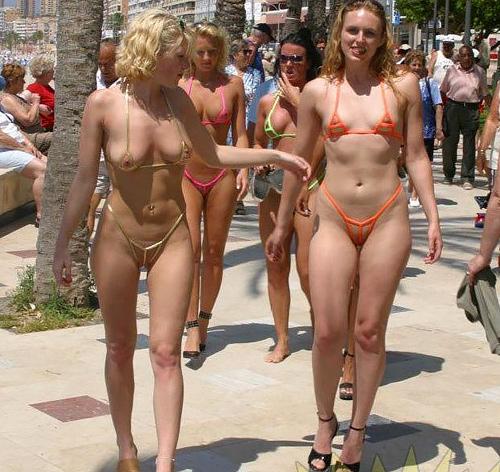 【画像】女子の乳首、マ●コ丸見え・・・海水浴場でヤバい水着が流行ってる