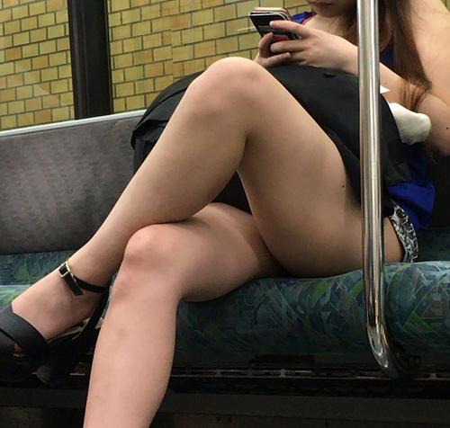電車の中でスマホに夢中になってるマンさん!無防備な太ももなどの露出部分を隠し撮りした画像。