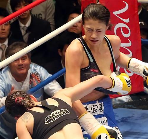 【悲報】モデル・タレント・ボクサーとして活躍する高野人母美さん、試合中にチクビポロリしてKO。(画像あり)