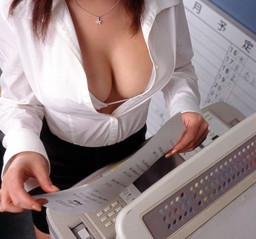 ボタンが開いたシャツの中からポロっと出てきたお●ぱいがエ□すぎwww(画像30枚)