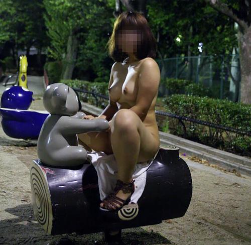 【野外露出エ□画像】夜の公園は露出狂達のパラダイス…無邪気に遊具で遊ぶ変態wwww