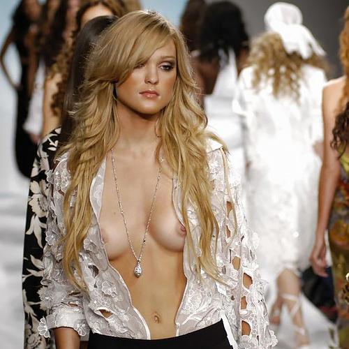 【モデルお●ぱい】最近のパリコレ、乳首を出してこそ一人前という良く判らない風潮wwwwwwwwww(画像30枚)