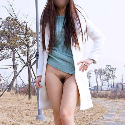 【野外露出エ□画像】くびれが綺麗な痩せ型のモデル体型をした素人女性たちが公共の場で全裸ww