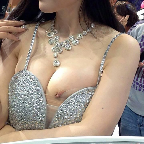 【キャンギャル】乳首ポロリなんて当たり前、海外ではおっぱいモロ出しもある模様…wこれで車の販売が増えるのか疑問だwww