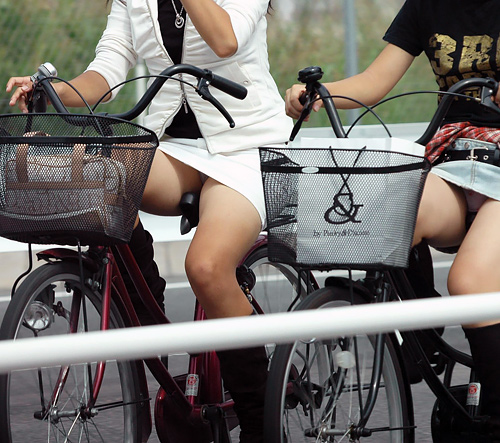 路上で自転車に乗ってる女性のエ□画像 part3