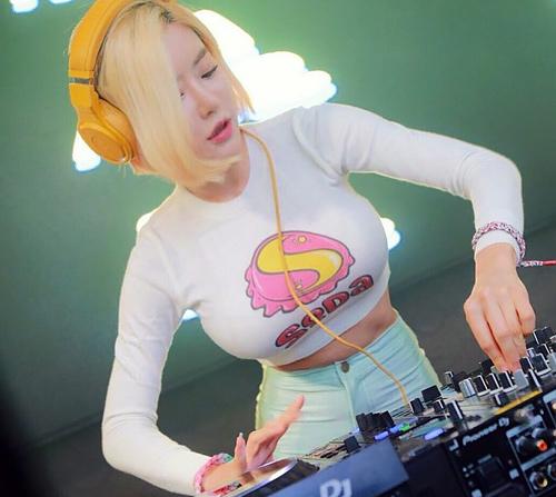 韓国の人気DJ「Soda」さんのお●ぱいから目が離せない!乳揺れまくるパフォーマンス最高。