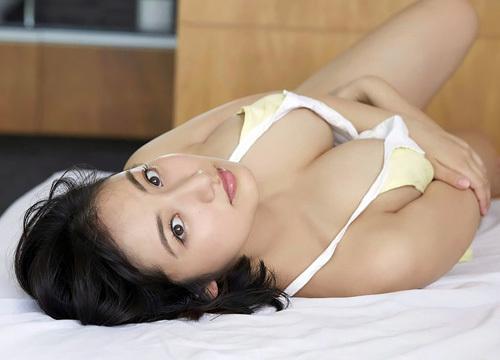 紗綾 まだまだ成長途上のおっぱいがビキニからこぼれ出ちゃう エロ画像