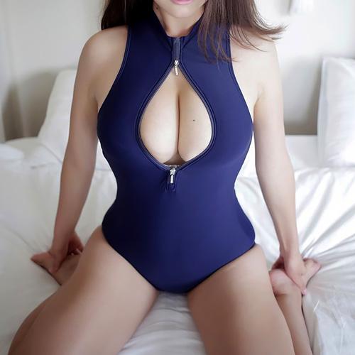 変態競泳水着の開いた胸元からおっぱいの谷間が丸見えな女の子に釘付け