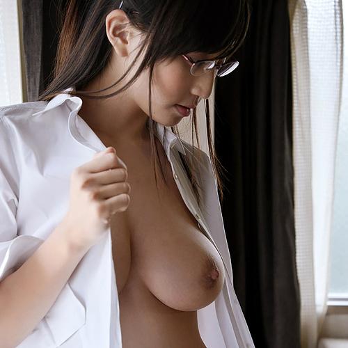 メガネ女子がおっぱい丸出しなのに眼鏡をかけたままの姿に萌えちゃう