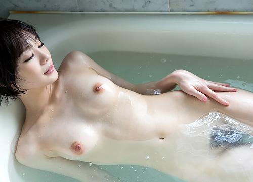 女の子と一緒にお風呂にはいって湯船に浮かぶおっぱいを揉みまくりたい