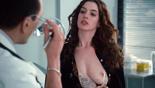 女優のアン・ハサウェイのスローモーションのヌードGIF動画www