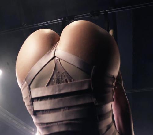 綺麗なファッションモデル、テイラー・マリー・ヒルのお尻がエロいセクシー動画www