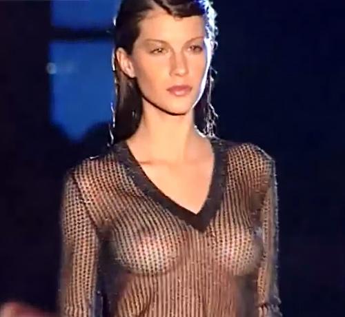 世界で一番稼いでるスーパーモデル、ジゼル・ブンチェンのオッパイが透けて見えてる若い頃のファッションショーの動画www