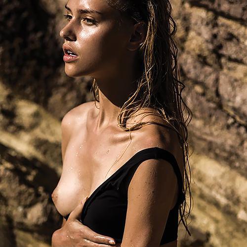 超美形なファッションモデルさんが、ガッツリお胸ばかりかマン毛まで見せちゃってるヌード画像www
