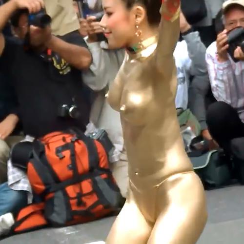 金粉ショーで、綺麗なお姉さんが乳首を勃起させながらオッパイを揺らして踊ってるセクシーGIFや動画www
