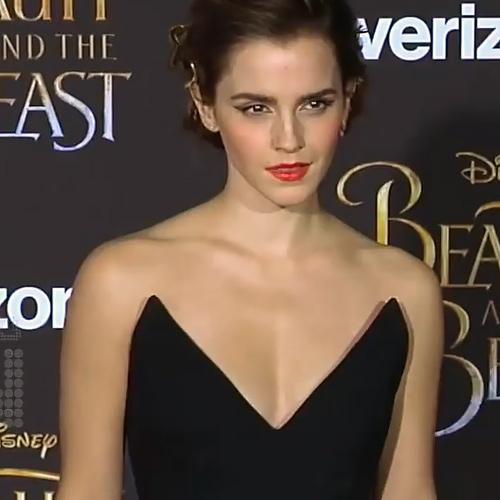 エマ・ワトソンが胸元の開いたセクシーなドレスを着て、オッパイがけっこう見えてるエロGIFや動画www