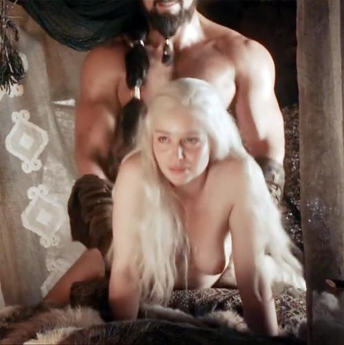 ヌードシーンでエミリア・クラークがバックから突かれて、オッパイがプルンプルン揺れまくってるセクシーGIFwww