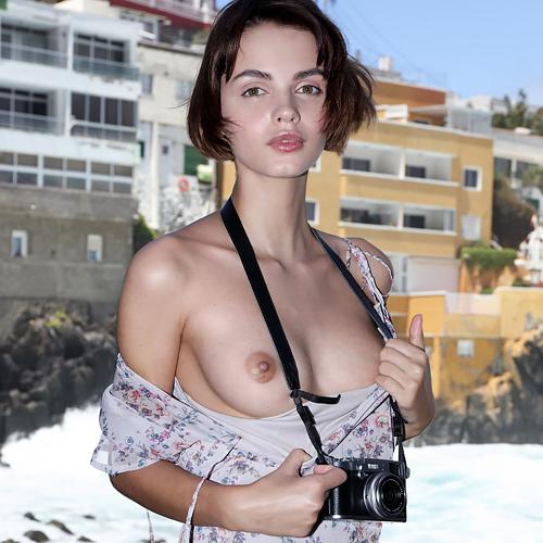 海辺のリゾートで休暇中の外人まんさん、開放的になり過ぎてお乳とまんこを外で露出する暴挙に出てしまうwwww # 外人えろ写真