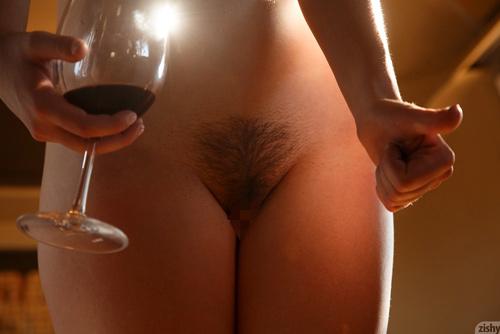 カリフォルニアワインとマン毛のツーショットがシュールなエロさww全裸でワインを飲む金髪美少女www # 外人エロ画像