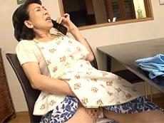 熟女ストレート :酔っ払って寝ちゃった六十路の豊満母を介抱する内にムラムラして悪戯する息子。 小澤喜美子