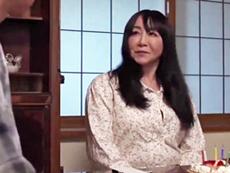 ダイスキ!人妻熟女動画 :若づくりのぽっちゃり五十路母が息子とイチャイチャとまぐわう! 如月千鶴