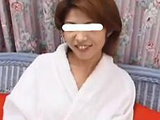 あだるとあだると :【無】ベッドを軋ませる激しい突きに眉間に皺寄せ感じる色白三十路妻