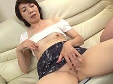 熟女ストレート :オナニーしながら目の前のチ●ポを物欲しそうに凝視する六十路おばさん! 瀬川志穂