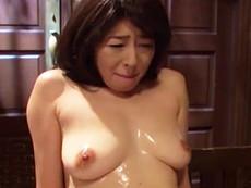 キレイな人妻熟女動画 :元アイドルの芸能人がローションだらけでオマ○コいじられる! 小松千春