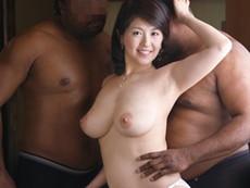 キレイな人妻熟女動画 :巨乳の三十路妻がデカマラ黒人2人にハメられマ○コ崩壊の危機! 笹山希