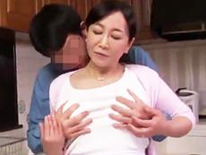 ダイスキ!人妻熟女動画 :息子の下半身に欲情しフェラ抜き、さらには母子交尾してしまう五十路母 如月千鶴